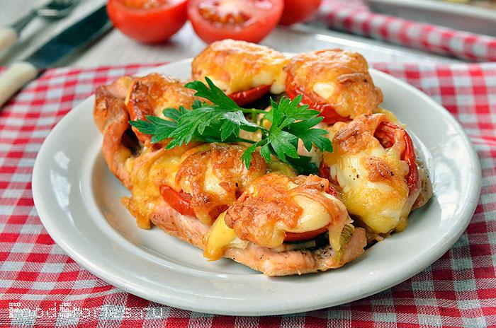 филе куриное запеченное с помидорами